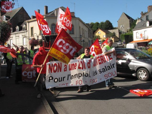 Plus de 70 personnes ont répondu à l'appel des syndicats, place de la République à Segré, mardi matin à 10 h 30.