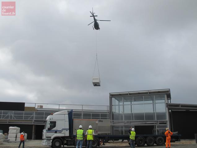 L'hélicoptère a pris les pompes à chaleur installées sur le poids lourd avant de les poser sur le toit du magasin.