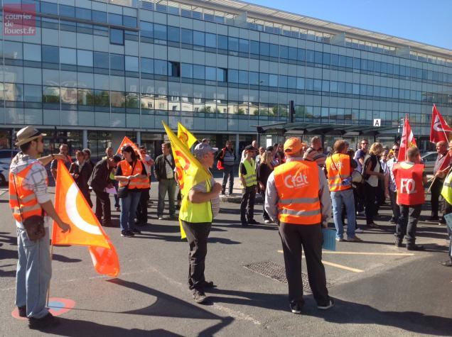 Grève sur les lignes urbaines et circuits scolaires : manif à la gare