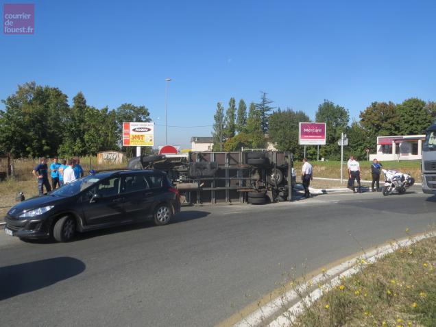 Le camion s'est couché à la suite d'une perte de contrôle.