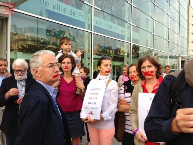 Angers. Les opposants au mariage pour tous manifestent à la gare