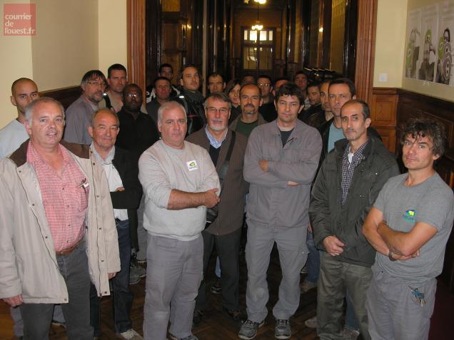 Employés communaux, syndiqués ou non, à la mairie, pendant que leur collègue se trouvait avec le maire.