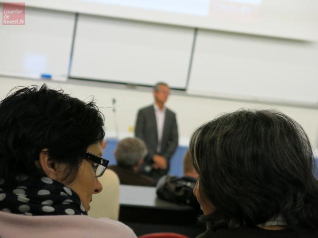 Une soixantaine de parents ont participé à cette réunion.