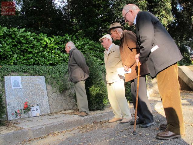 Gérard Guicheteau, Joseph Chauvin, Roland Paillottet et Marcel Chenuet devant la stèle des déportés.