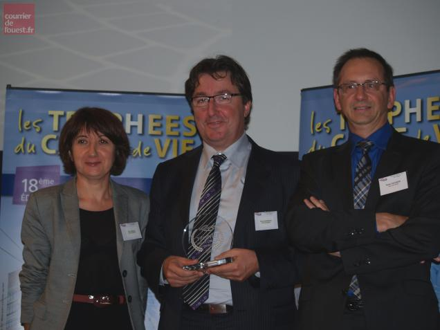 Nelly Thibaud, Pascal Duforestel, tenant le Trophée, et Bruno Paulmier à la Cité de l'architecture à Paris.