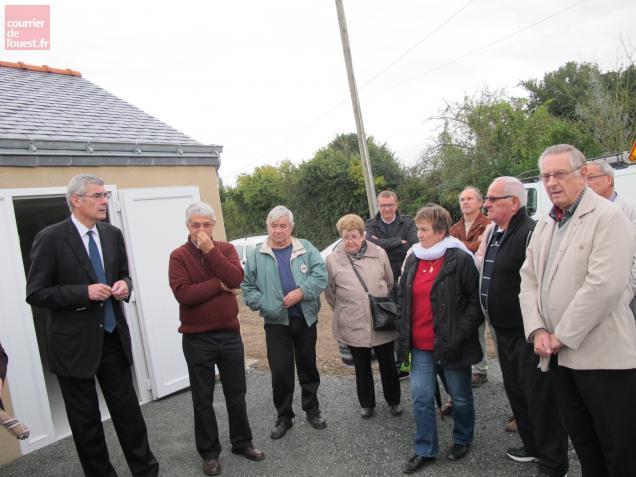 Jean-Charles Taugourdeau, député-maire de Beaufort-en-Vallée a remis les clés au responsable du jardin, samedi.