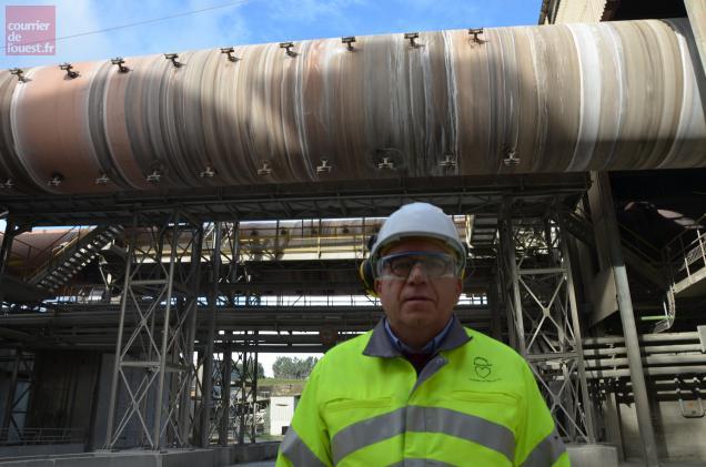 Victor Saint-Etienne, directeur de l'usine d'Airvault, devant l'un des deux fours alimentés en partie par des combustibles solid