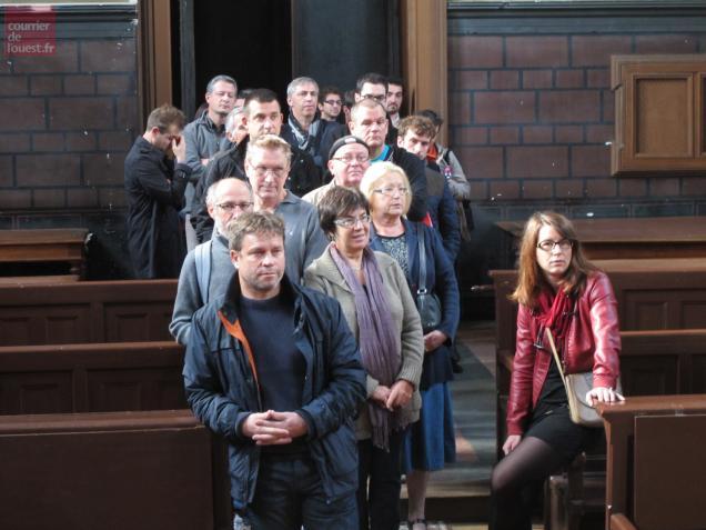 Longue file d'attente de personnes qui désirent être figurants, ce samedi, au tribunal de Baugé.