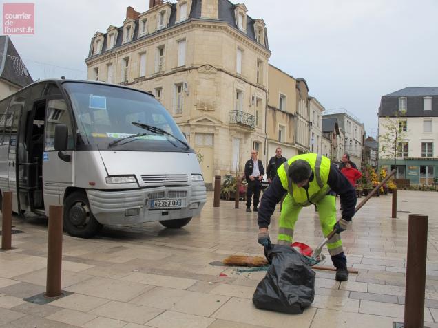 Les services techniques mobilisés pour nettoyer la place.