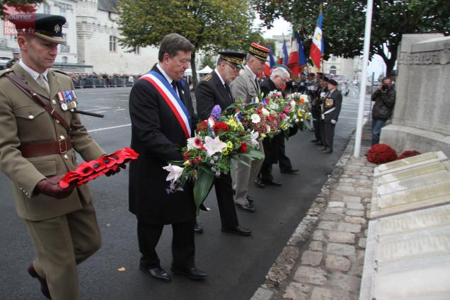Six gerbes ont été déposées dont une par l'officier de liaison britannique en poste à Saumur