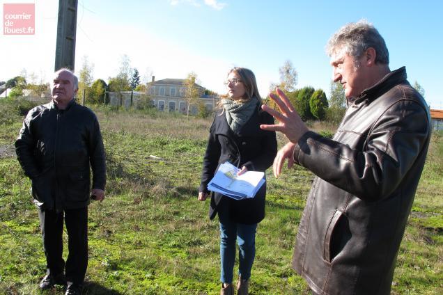 Jean-Claude Taulnay, maire de Sainte-Gemmes-d'Andigné, Aurélie Jouenne et Michel Ballarini, de la SPLA.