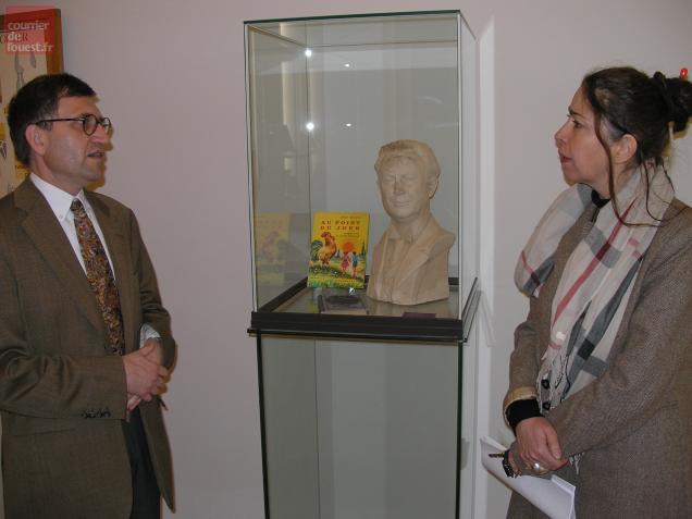 Eric Kocher-Marboeuf et Laurence Lamy devant le buste d'Ernest Pérochon.