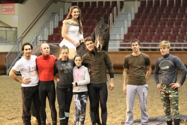"""Toute l'équipe du spectacle équestre """"Noroc"""", conçu par le champion d'Europe de voltige Jacques Ferrari (à droite)"""