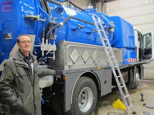 Jean-Michel Avice, le directeur d'Hydrovide devant un des camions équipés par l'entreprise.
