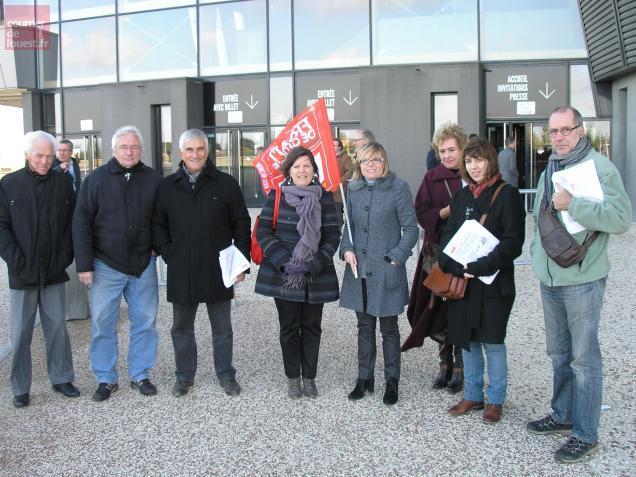 Des militants du Front de gauche parmi lesquels Nathalie Seguin, adjointe au maire de Niort.