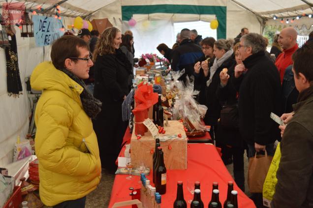 Les stands dédiés à la gastronomie rencontrent un vif succès au marché de Noël de Trélazé.