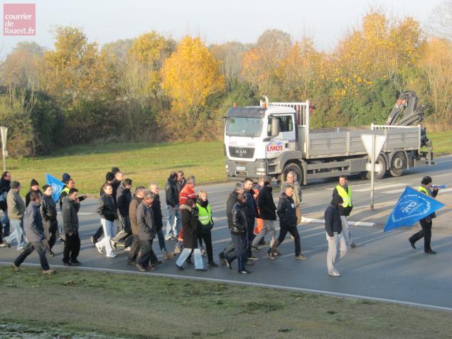 Ce matin, les manifestants ont bloqué le rond-point de la Croix-Cadeau.