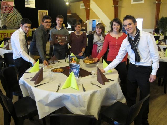 Les sept apprentis serveurs ont chacun guidé deux bénévoles durant la soirée cabaret.