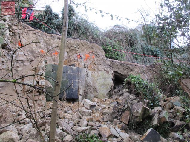 En s'écroulant, le coteau a laissé apparaitre une cave.