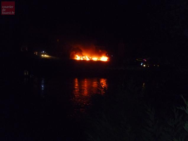 Saint maximin 31 voitures incendi es dans un garage peugeot for Garage peugeot st maximin