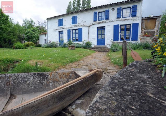 marais poitevin la c l bre maison aux volets bleus est elle vendre courrier de l 39 ouest. Black Bedroom Furniture Sets. Home Design Ideas