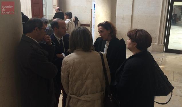 Les victimes du Crédit agricole avec leur avocate.