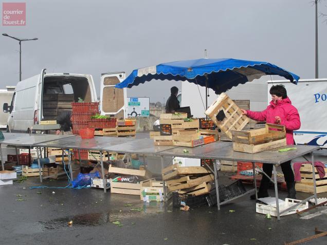 Les commerçants du marché ont remballé une heure plus tôt en raison des bourrasques de vent.