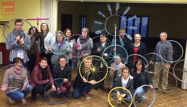 Une vingtaine de bénévoles ont commencé à décorer les roues qui orneront l'œuvre collective dévoilée lors du festival.