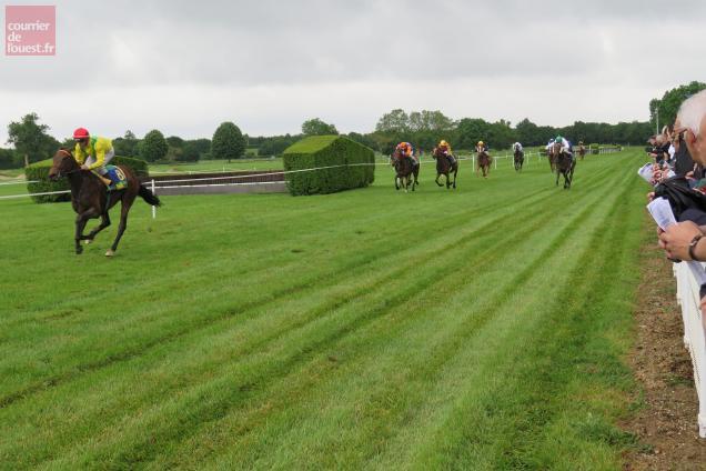 L'arrivée de la 3e course, à un moment où la pluie faisait une pause.