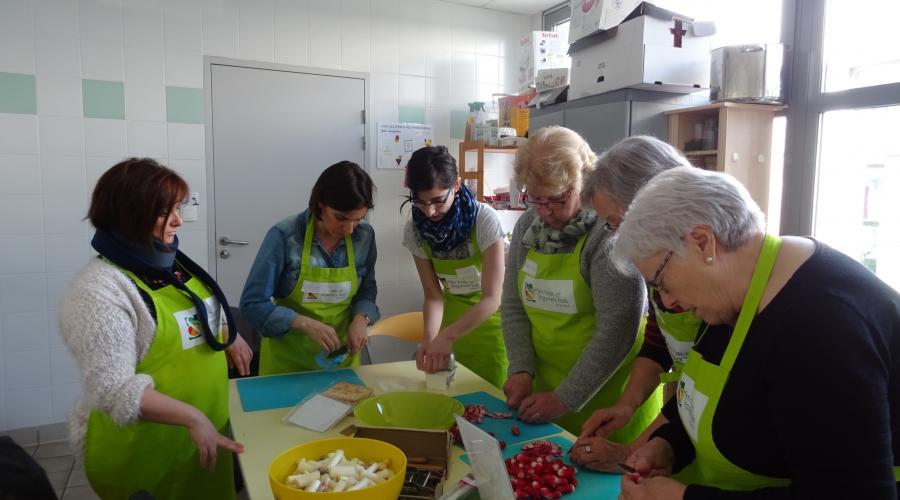 Tr laz un atelier cuisine l g re au centre social jean gueguen courrier de l 39 ouest - Cuisine legere au quotidien ...