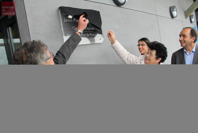 Le lieu porte le nom de Jean-Pierre Grimaud, chef d'entreprise et élu, décédé en juin 2011. Son épouse a dévoilé une plaque.