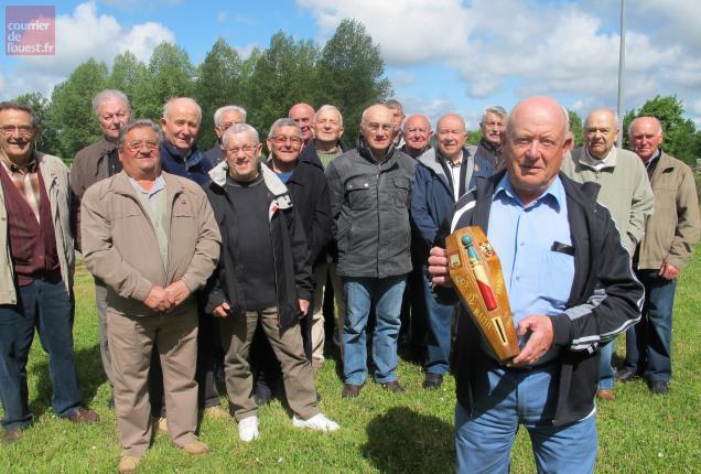 Le Ménitréen Bernard Petite, à droite, a réuni une vingtaine de copains du régiment d'Akbou à Fontaine-Guérin les 28 et 29 mai.
