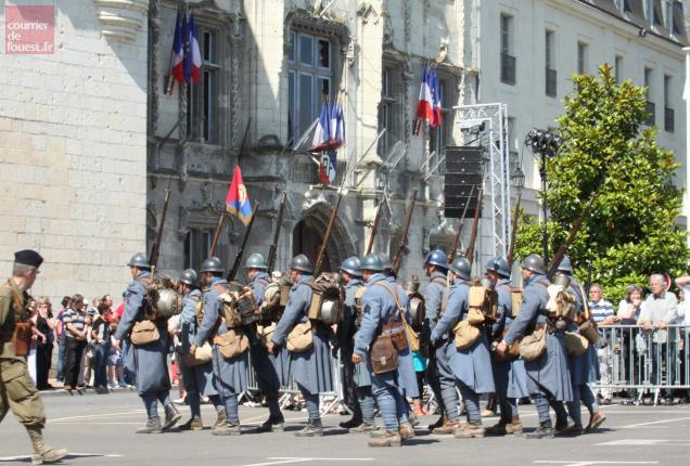 Des Poilus défilant devant l'Hôtel de ville de Saumur