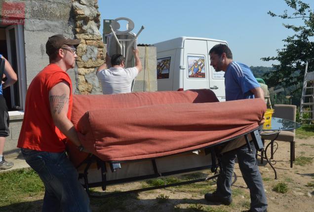 Les bénévoles s'activent pour vider la maison de tous ses objets.