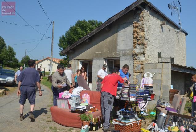 Mardi, les bénévoles ont vidé le minuscule bâtiment qui servait jusqu'à présent d'habitation à la famille.