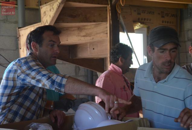 Avant de débuter les travaux, distribution de casques et de gants de chantier obligatoire en présence de Marc-Emmanuel Dufour.