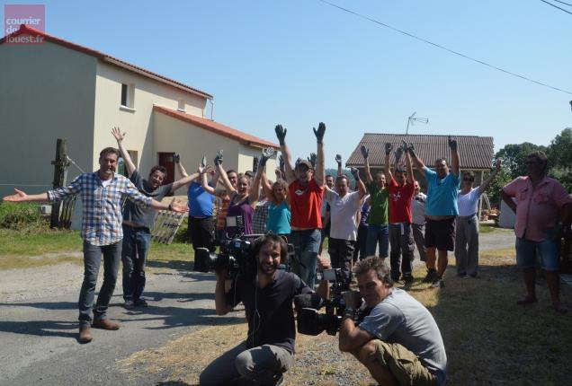 L'équipe du tournage en compagnie des bénévoles.