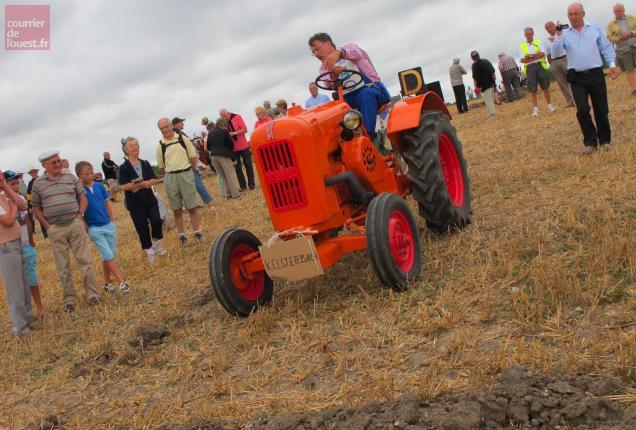 Le maire de Kelsterbach, invité au comice, n'a pas hésité à monter sur un vieux tracteur pour participer aux labours.