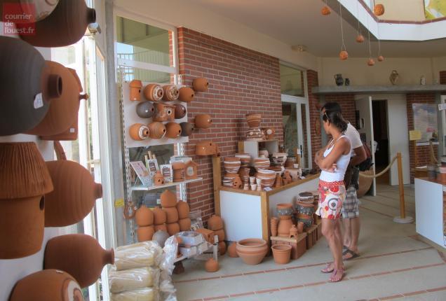 Les visiteurs peuvent acheter des poteries sur place.