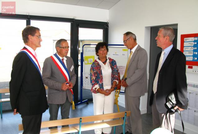Le nouvel inspecteur de l'Éducation natonale Claude Huchet (à droite) a souligné le symbole.