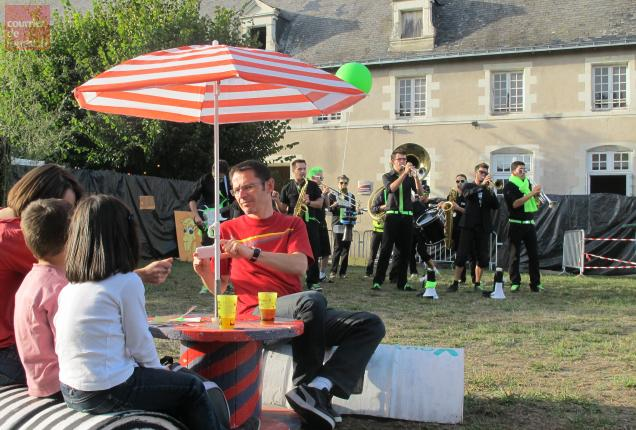 Après le rap des Frères casquettes, la fanfare des Skroks a lancé le Festi'Bosse devant un public familial