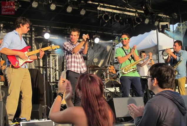 Le rock festif de Karzika a tout de suite plu aux festivaliers à Beaufort-en-Vallée.