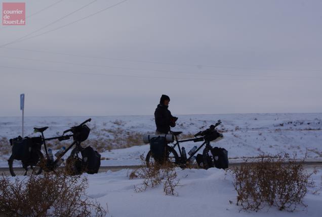 Deux vélos dans le froid kazakh. Photo DR