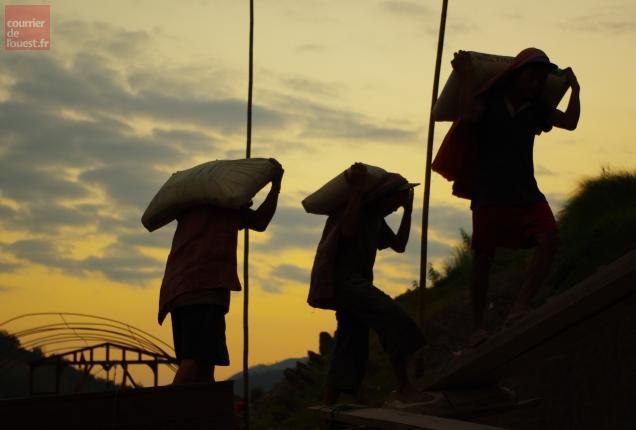 Porteurs du Mékong. Photo DR