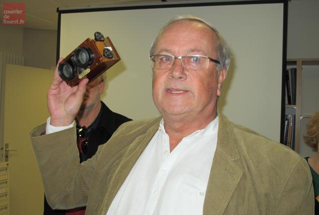 Le collectionneur Yves Cornet et le stéréoscope permettant de visionner les plaques de verre.