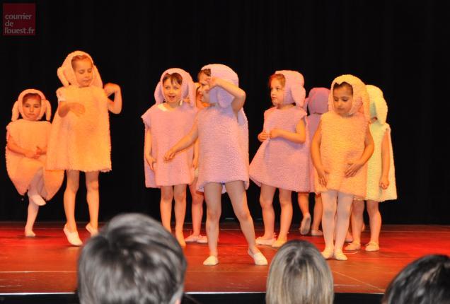 La danse des moutons des plus petits.