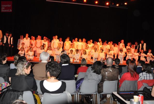 Tous les élèves sur scène à la fin du spectacle.