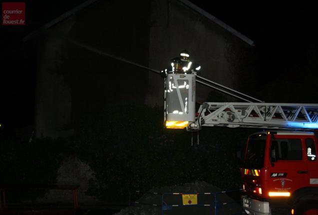Les pompiers niortais ont dû manœuvrer avec la grande échelle.