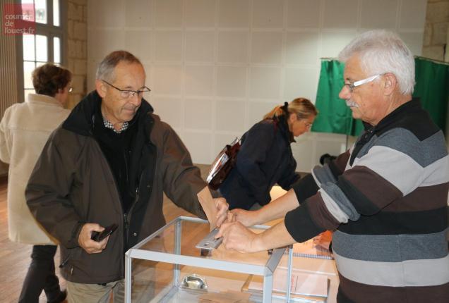 Patrick Condemine, maire de Turquant (à droite), a accueilli les électeurs